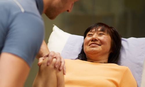 Woman seeing physiotherapist about knee pain