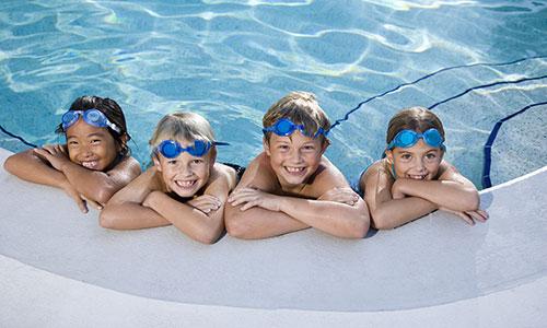 Crianças nadando