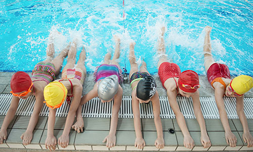 Children splashing in a swimming lesson