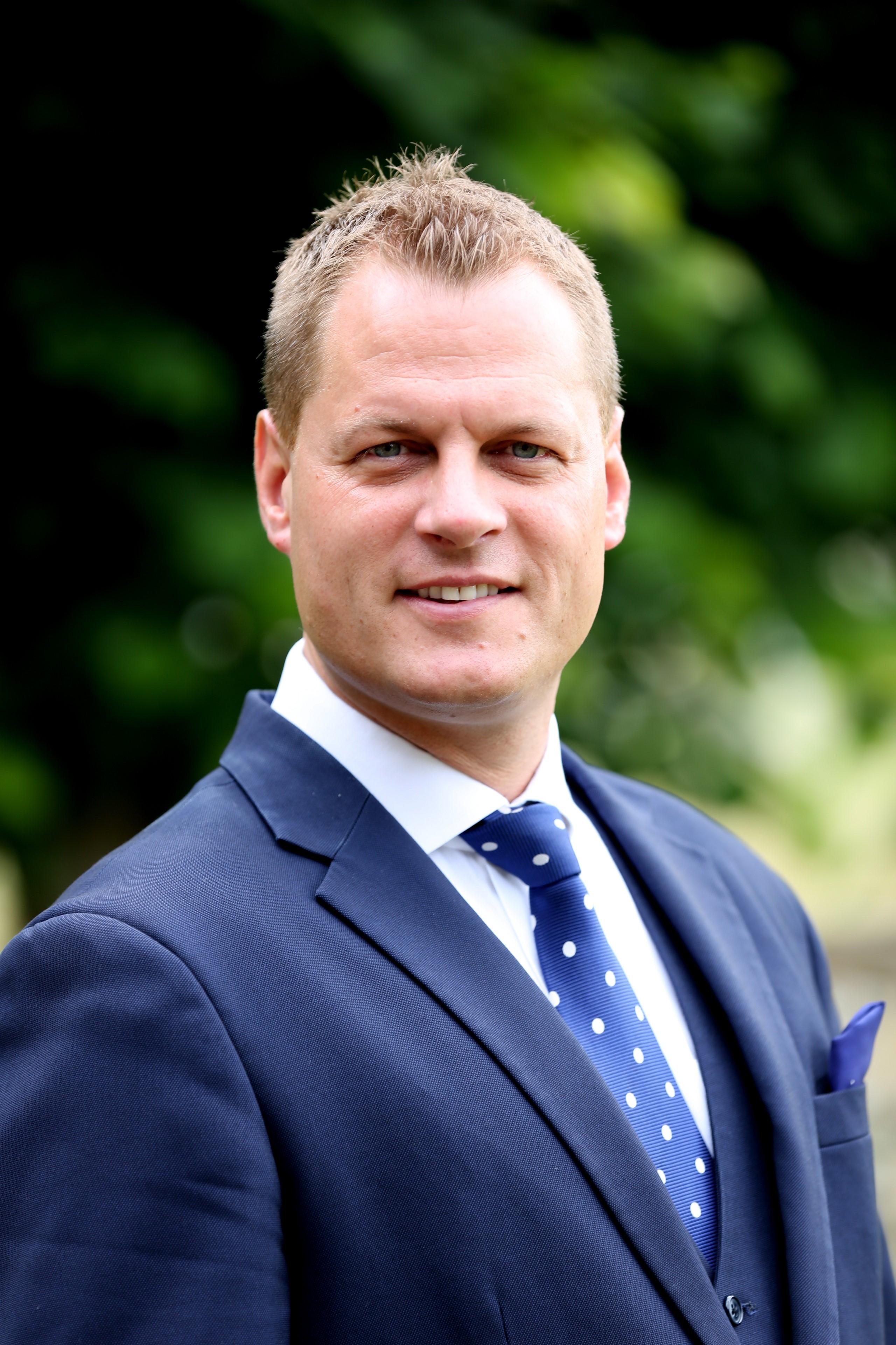 Mr  Simon  Thompson